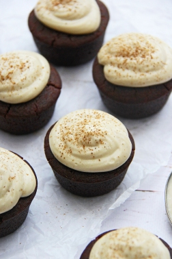 chai-tea-latte-spiced-vegan-cupcakes-with-coconut-cream-cheese-yoghurt-frosting-icing-4