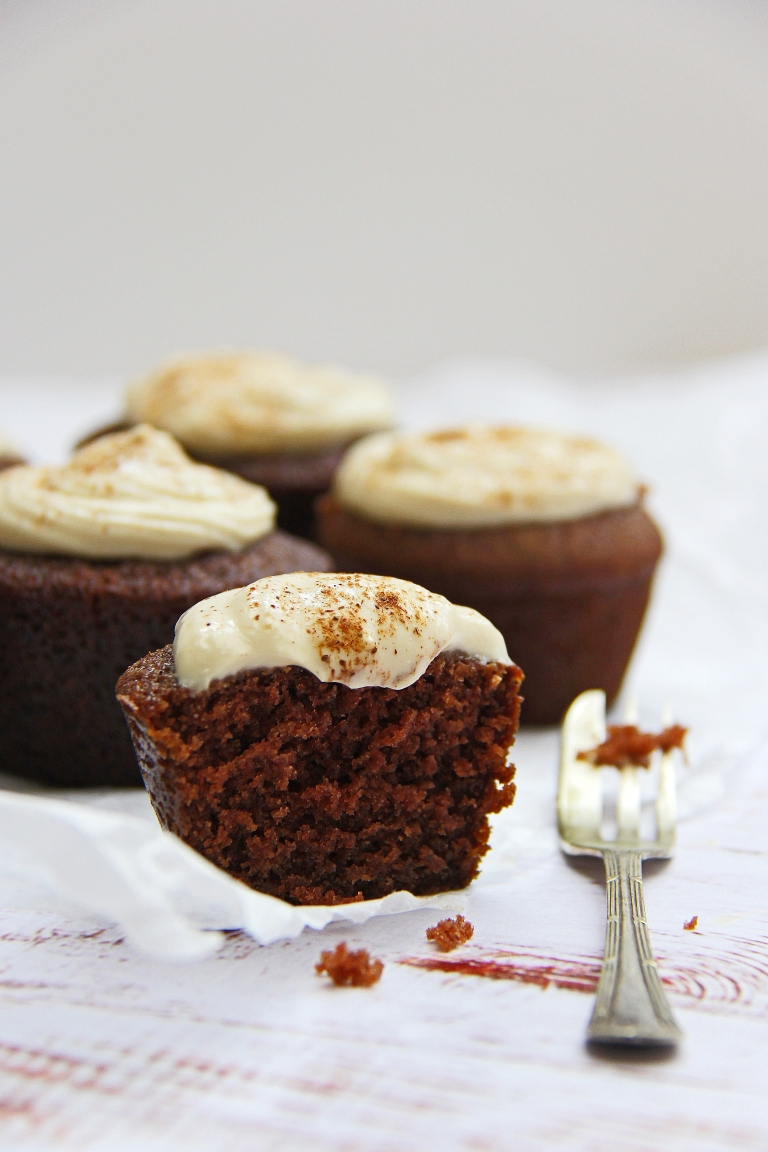 chai-tea-latte-spiced-vegan-cupcakes-with-coconut-cream-cheese-yoghurt-frosting-icing-8