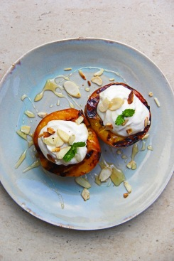 Grilled peaches with mascarpone yoghurt, honey and almonds 2